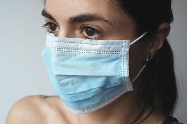Boutons, respirations et maux de tête : la vie derrière le masque