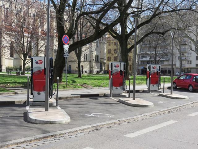 Mobilité durable : 100 000 bornes électriques de recharge, un pari réaliste pour les routes françaises ?