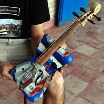 L'un des violons en matériaux recyclés de l'orchestre symphonique de Cateura
