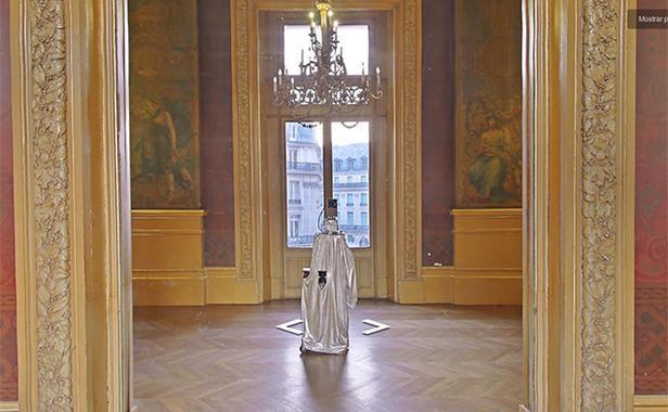 Dans un musée, un selfie d'une caméra Google