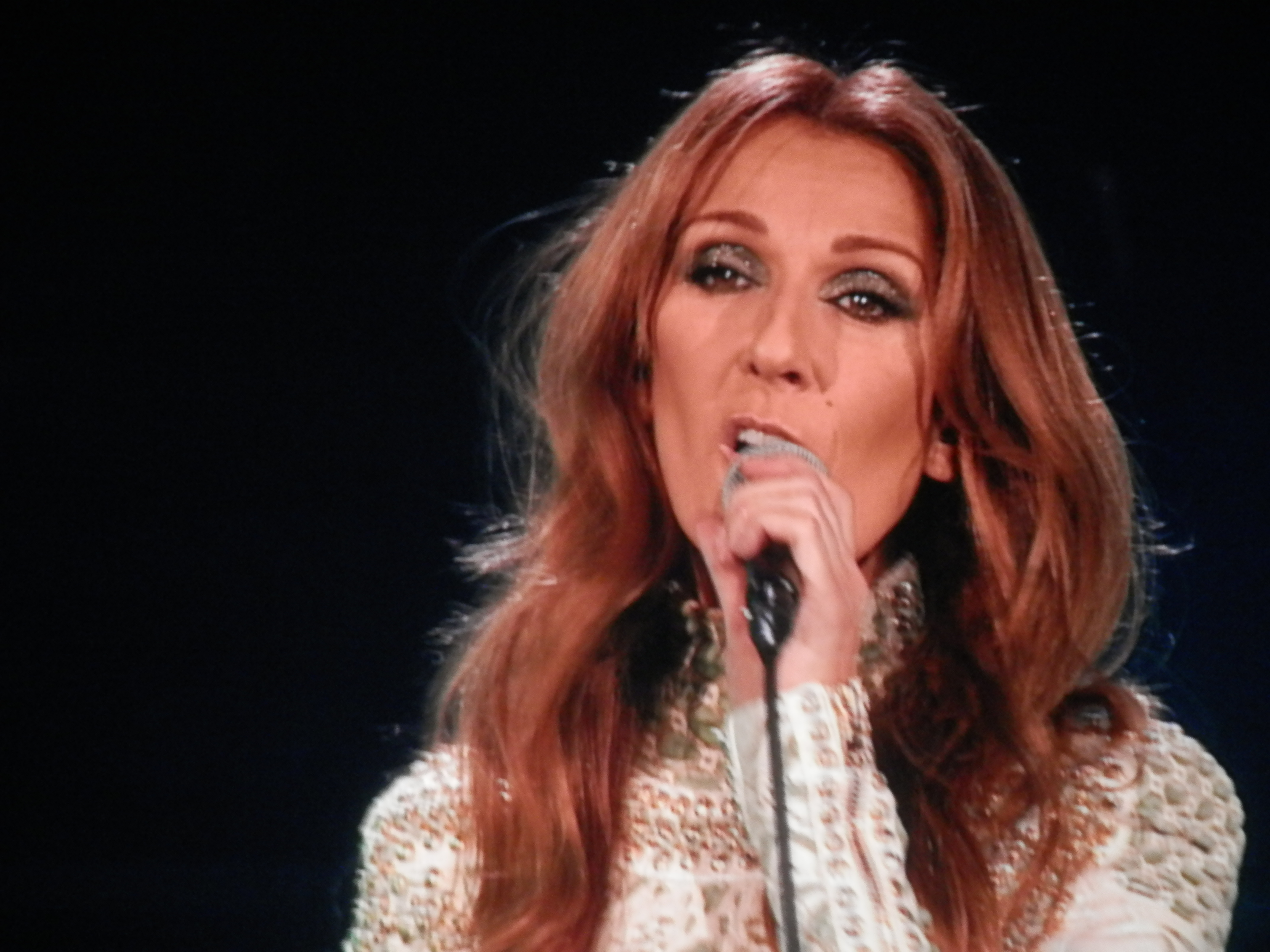 Un an après la mort de son mari et mentor, Céline Dion tente la reconstruction